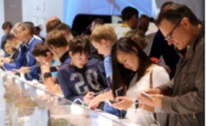 Хората днес прекарват значително време пред смартфоните си