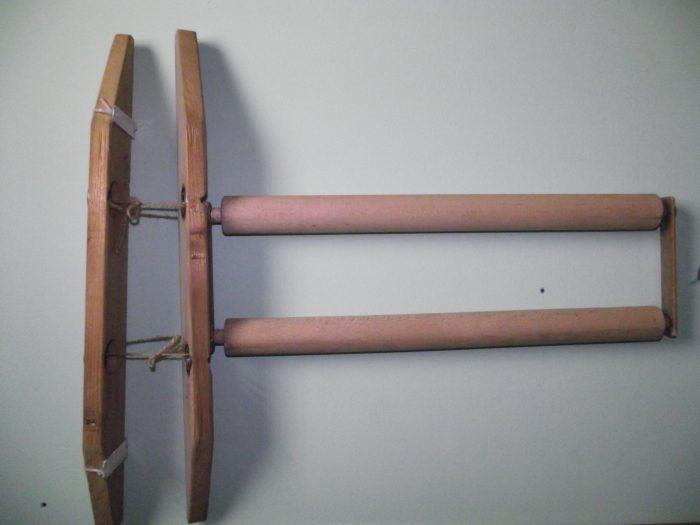 Направих устройство, което позволява търкалянето по гръб да го правя върху две дървени цилиндрични трупчета