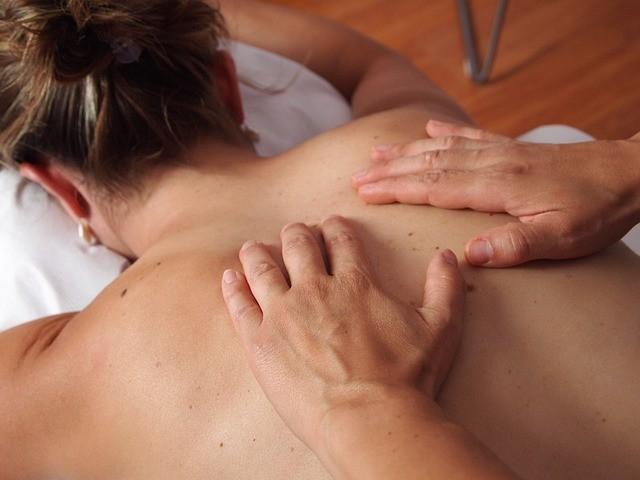 В Северна Америка към хиропрактика редовно се обръщат около 40 милиона пациенти, а услугите на лекаря се покриват от медицинската застраховка. За много хора е правило да посещават лекар-хиропрактик след всякакви травми, наранявания, падания и дори при добро самочувствие – за възстановяване на баланса на гръбначния стълб