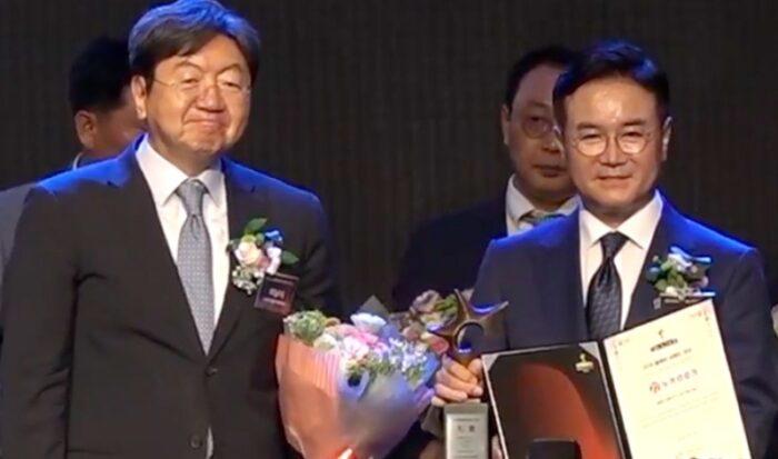 Голямата награда бе връчена лично на президента на компанията Nuga Medical Co Ltd Чо Сън Хен, който е член на Академията на науките в Корея,