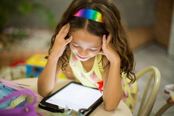Технологиите навлизат рано в живота на децата. Цифровия свят представлява голямо натоварване за очите им.
